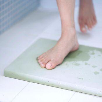 お風呂上りを心地良いものにしてくれるこちらのバスマットは、「珪藻土(けいそうど)」と言われる土から作られたもの。  海や湖などに生息していた植物性プランクトン類が堆積物となり、その地層から採取された珪藻土は、吸水性・消臭性・吸湿性に優れた性質があるので、湿気の多いお風呂場のアイテムとしては頼りがいのある存在です。