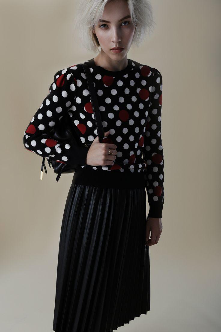 Марафон осенних премьер считается открытым! Примерьте главные тренды наступающего сезона и будущие бестселлеры одними из первых на topbrands.ru. На модели джемпер Red Valentino и юбка Twin-Set #topbrands #twinset #redvalentino #fashion