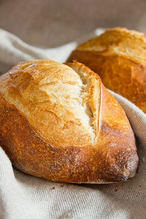 Mein Backkurs-Kompagnon Schelli war unlängst in Frankreich und hat ein Rezept für das traditionelle französische Weizenbrot mitgebracht. In Vorbereitung auf unseren ersten Baguettekurs, der schon längst Geschichte ist, habe ich dieses Rezept gebacken und drei Versuche gebraucht bis ich mit der Krume zufrieden war. Anfang war das Brotinnere kleinporig, recht ledrig bis zäh und hatte keineswegs Weiterlesen...