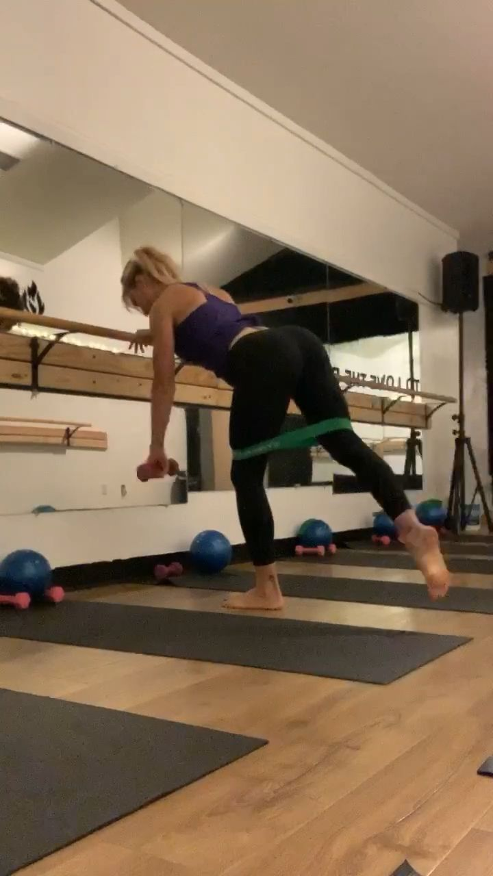 Mini Barre Sequence Glute Burner Squeeze Lift Tone Engage Your Core Stay Focused En 2020 Exercice Le Corps Corps