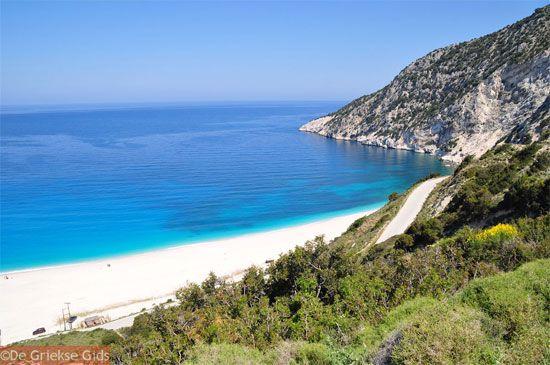 Kefalonia, voor altijd in ons hart!- Prachtig wit zandstrand maar alleen te bereiken via een ongelooflijk steil eng weggetjes in 2014 geen strandtentje meer te bekenen helemaal uitgestorven