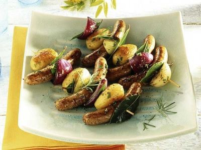 Rostbratwürstchen-Spieß mit knusprigen Kartoffeln und Lorbeer