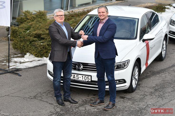 Szabó Tamás a DVTK ügyvezető igazgatója Sándor Attilától, a Miskolc Autó cégvezetőjétől vette át az új Volkswageneket