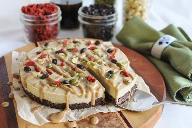 Поистине королевский 100% raw пирог. Лакомство требует немалое количество ингредиентов, однако оно того совершенно точно стоит. Например, на день рождения или годовщину свадьбы!