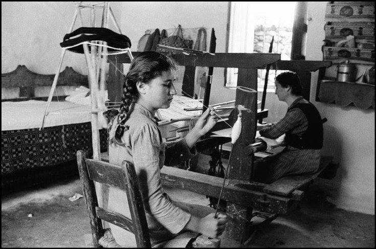 Κρήτη 1955 φωτογραφία Erich Lessing.Μετάδοση παράδοσης στήν νέα γενιά
