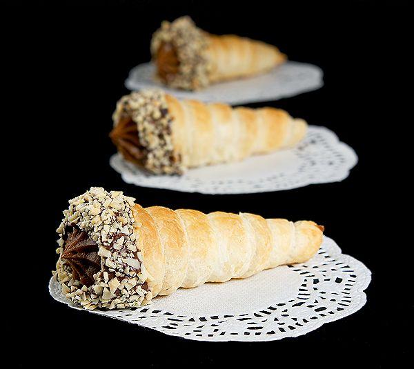Cannoncini di Sfoglia con Crema Pasticcera al Cioccolato (Chocolate Pastry Cream-filled Pastry Horns).
