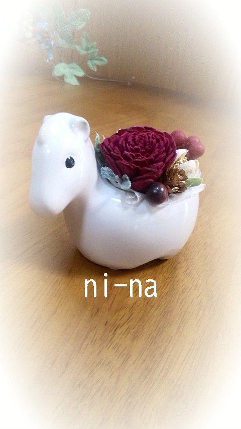 手のひらサイズの白い馬の花器に、木の実やアートフラワーを盛り込んだアレンジメントです。使用花材:ソーラーローズ(ワインレッド)、パクリ(白)、メタセコイヤ、タ... ハンドメイド、手作り、手仕事品の通販・販売・購入ならCreema。