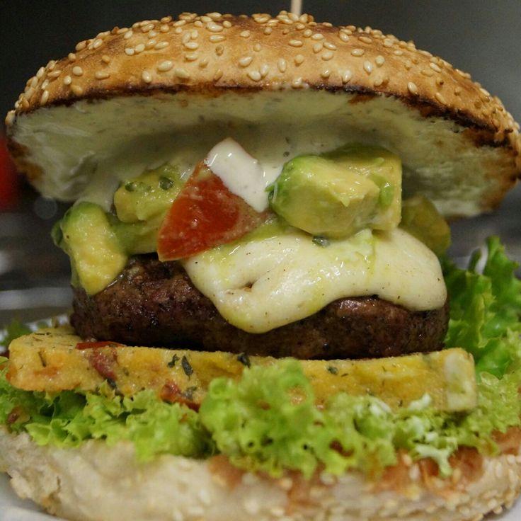 Ab 31.05.12017 The Avocat Burger 160 g Biobeef, Mozzarella, Kräuter-Knoblauch Polenta  mit getrockneten Tomaten, Avocado-Tomatensalat und  Pestomayonnaise   Wir wünschen euch eine schöne sonnige Woche.