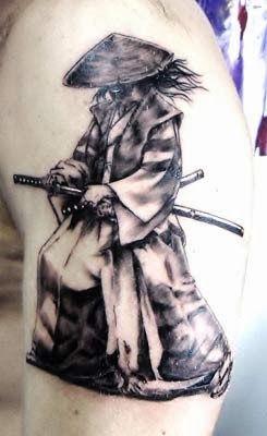 Desenho de samurai com katanas