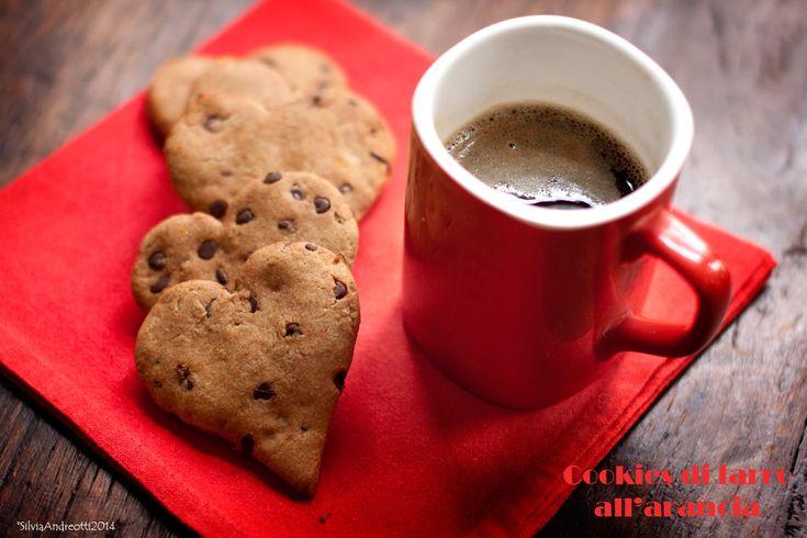 Cookies di farro all'arancia, sfiziosi biscotti con farina di farro succo e scorza d'arancia e golosissimo cioccolato. Ottimi per accompagnare tè o caffé