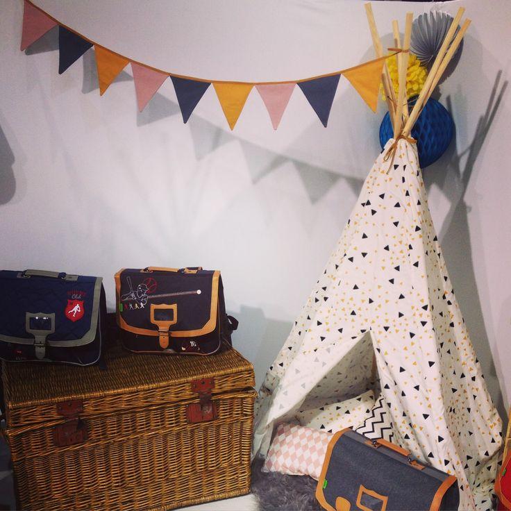 @tanns au salon @whosnextdotcom . Tipi, fanions, malle, cartables, lampion et peau de bête ! Ambiance cosy et scandinave