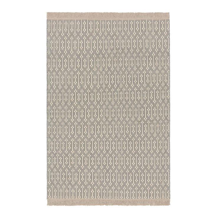 Bei unserer Kollektion Lumaco trifft skandinavisch anmutendes Design auf einen  Touch von Ethnostyle. Dank des zurückhaltenden Farbkonzepts können Sie den Teppich mit jedem Stil harmonisch kombinieren und bringen gleichzeitig durch das Muster etwas Bewegung in den Raum. Brauchen Sie ab und zu einen neuen Look? Kein Problem. Kreieren Sie einfach im Handumdrehen einen neuen Style, denn der Teppich ist beidseitig verwendbar. Kombinieren Sie den Teppich mit einer rutschfesten Unterlage, damit…