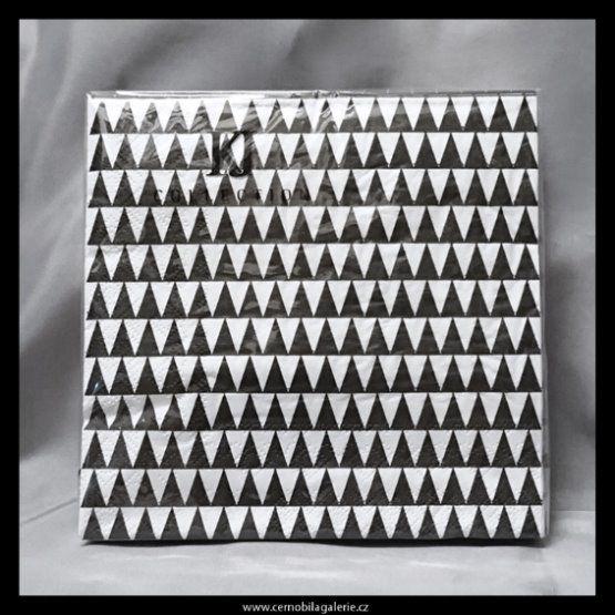 Černobílé ubrousky s jednoduchým vzorem, jsou elegantní a nadčasové, využijete nejen při stolování i pro tvoření metodou decoupage.