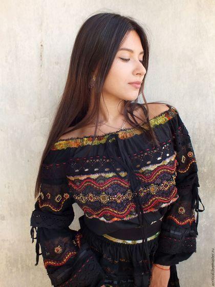Купить или заказать Бохо-платье 'Есения-Jipsy Queen' в интернет-магазине на Ярмарке Мастеров. Роскошное черное платье из натуральной ткани с ярким эффектным декором, сшито из хлопка, жатого и обычного полотна, соединёнными сквозным кружевом, схожим с нежной ажурной паутинкой, которую пронизывают лучи света по всей длине. Юбка и рукава выглядят невероятно легко. Воздушное и летящее, удобное, комфортное платье декорировано шелковыми лентами и полосками ткани с ярким принтом, который&amp...