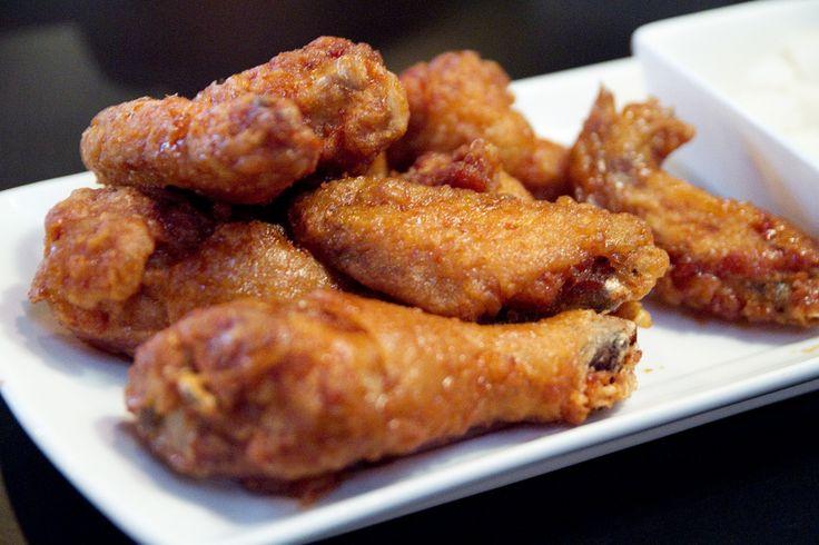 Fan van de gefrituurde chicken wings van Kentucky Fried Chicken? Thuis kun je zoveel lekkerder chicken wings maken! Zelf de kip paneren, frituren in schone olie en lekker laten uitdruppen op keukenpapier zodat het niet nog vetter wordt. Maar je begrijpt: dit is geen receptje voor een balansdag. Bekijk onderstaande video om te zien hoe […]