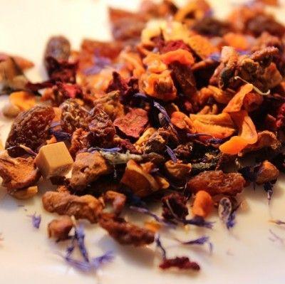 ALBICOCCA ALL'INGLESE (albicocca e caramello) Ingredienti: pezzi di mela, pezzi di carota, bucce d'arancia, pezzi di barbabietola, uva passa, pezzi di caramello (zucchero, latte condensato, sciroppo di glucosio, latte in polvere), fiori di fiordaliso, pezzi di albicocca (albicocca, farina di riso), aromi (senza ibisco)