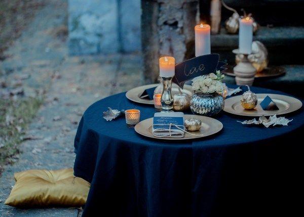 jesienna sesja ślubna z motywem złota i złotymi dodatkami