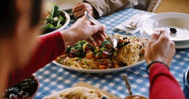 Ideas de comidas baratas para grupos grandes. Hay muchas opciones sabrosas cuando se trata de preparar comidas baratas para los grupos grandes. De ninguna manera barato significa sin sabor. Los siguientes alimentos se sirven por separado o en grupos. Realmente depende de la ocasión o del evento.