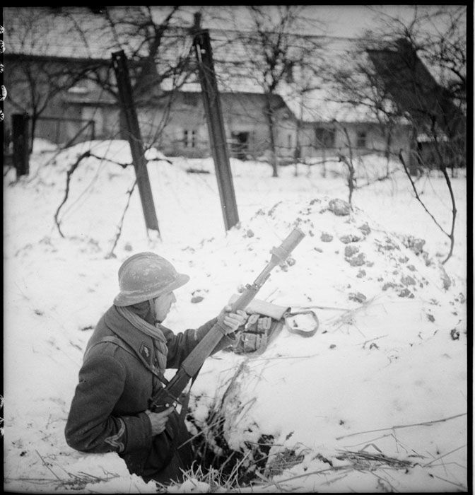 Camp du Struthof ; l'intendance de la 3e Division d'Infanterie Algérienne ; positions défensives de Strasbourg et combats pour Kilstett. Description : Un gendarme de la Garde républicaine lors des combats pour la ville de Kilstett (tirs de grenades à fusil Mas 36). Date : Janvier 1945 Lieu : France / Alsace / Bas-Rhin / Strasbourg / Struthof / Kilstett Photographe : Vignal Pierre Raoul Origine : SCA - ECPAD Référence : TERRE-10070-R19