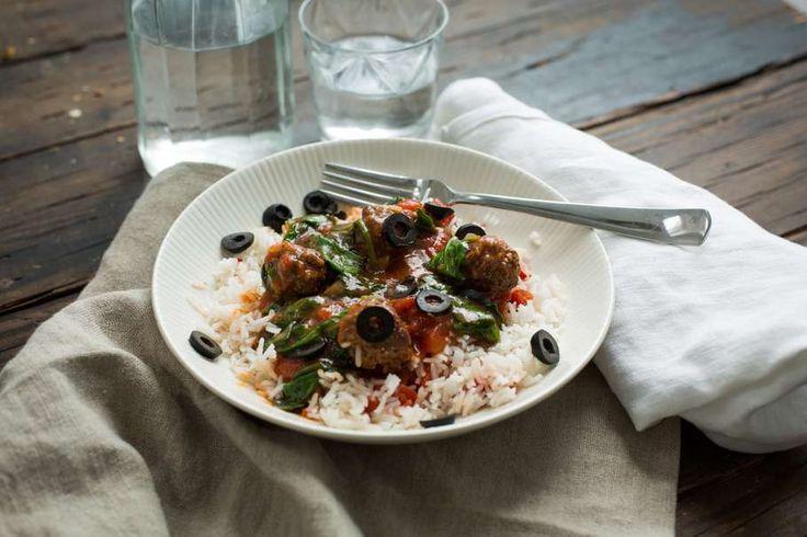 Recept voor rijst voor 4 personen. Met zout, olijfolie, peper, knoflook, gehakt, rijst, verse spinazie, zwarte olijven, tomatensaus en ui