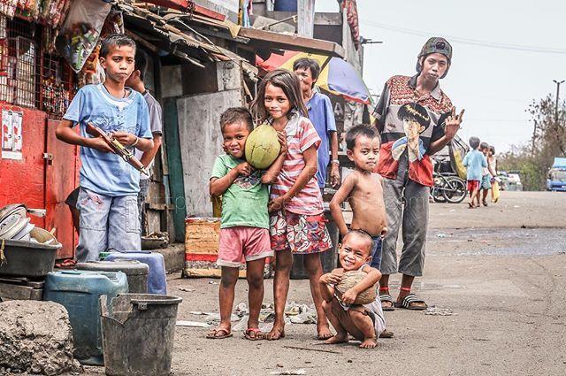 かつてスモーキーマウンテンと呼ばれたマニラ港湾部にあるゴミ山の近くに暮らす少女とその家族。家の中でご飯をいただいていると、集めた鉄屑の入った麻袋を持った彼女が家に帰ってきた。 * #旅人 #アジア #フィリピン #世界旅行 #世界一周 #写真撮ってる人と繋がりたい #旅写真 #ポートレート #写真展 #写真家 #写真好きな人と繋がりたい #写真を撮るのが好きな人と繋がりたい #旅好きな人と繋がりたい #マニラ #旅行好きな人と繋がりたい #バックパッカー #海外旅行 #photo_travelers #tokyocameraclub #カメラ好きな人と繋がりたい #カメラマン #フォトグラファー #子供 #取材 #海外旅行 #東南アジア #人物写真  #ファインダー越しの私の世界 #photo_shorttripsekai_note