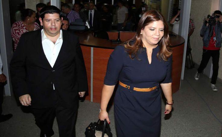 Julio Gutiérrez y su hermana Lena saliendo el lunes por la noche de la audiencia que fue suspendida. Hoy revisarán medidas a implicados en caso de Astropharma