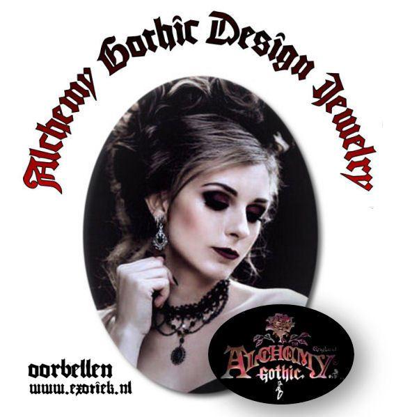 alchemy gothic design oorbellen meisje met opvallende makeup en kapsel met roos in haar.jpg
