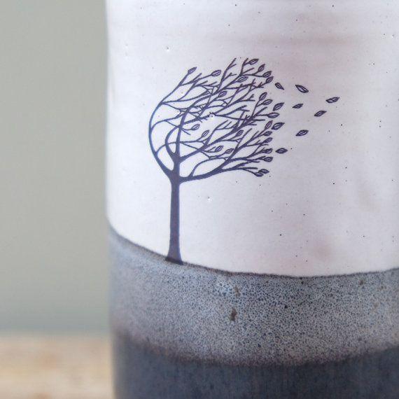 Tazza in ceramica fatta a mano alto con morbido blu e bianco smalto e mano ventoso albero disegnato stampa. Ottimo per un grande cioccolata calda o una tazza di tè.  È stato gettato con argilla scura nel mio studio di ceramica a Inverness rurale poi decorato con smalti di alimenti sicuri e una decalcomania disegnati a mano.  Misure Diametro--> 9 cm (3 1/2 pollici) Altezza--> 13 cm (5 1/8 pollici) Volume--> 550 ml (18,5 fl oz)  In molti dei miei pezzi in ceramica troverete piccole…