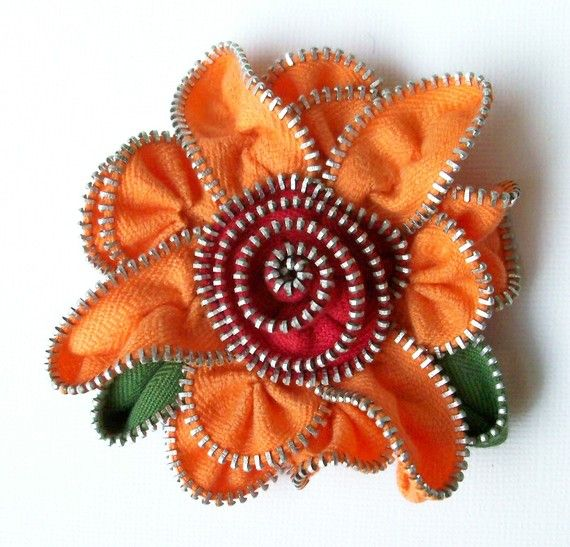 crafty jewelry from zippers | make handmade, crochet, craft. Hay muchos modelos.