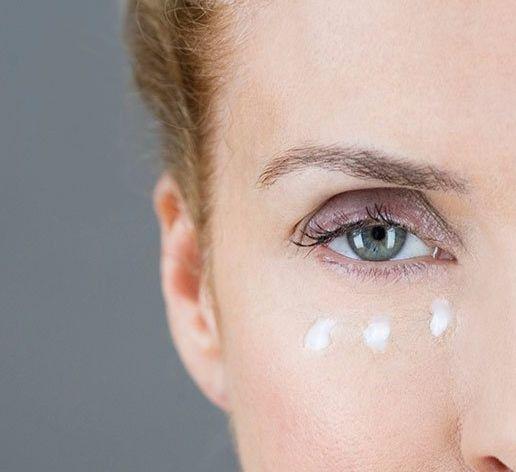 Экология жизни. Красота:  Кожа вокруг глаз очень тонкая и нежная. Именно с этой области обычно начинают образовываться мимические морщинки и она лучше всего выдает реальный возраст. Ухаживать за ней лучше начинать как можно раньше - с 20 лет. Существует множество рецептов масок для кожи вокруг глаз и век с различными ингредиентами и для разных целей и возрастов.