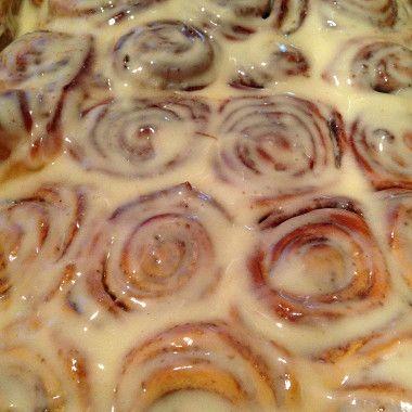 Дрожжи разводим в теплом молоке (плюс добавляем чуточку сахара (из начальных 100 граммов добавить). Пока дрожжи поднимаются, в отдельной миске взбиваем яйца.