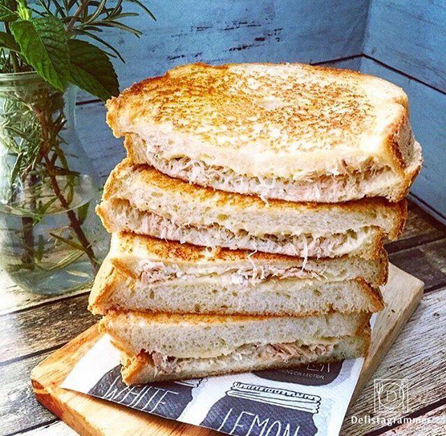 ouchigohan.jp 2017/09/05 12:52:30 【 #おうちごはん通信 】photo by @mocchi_li アメリカの定番スナックメニュー「#ツナメルト 」は、食パン🍞チーズ🧀ツナ缶🐟たった3つの材料で作れるお手軽メニュー😆💕 チーズをあふれるくらいたっぷり挟むのがおすすめです😍✨ レタスやトマトなどがあれば、プラスするのもアリ!充実のブランチにいかがですか🤗プレゼント -------------------------- ◆おうちごはん記事 https://ouchi-gohan.jp/998/ -------------------------- ◆#デリスタグラマー #delistagrammer #LIN_stagrammer を付けて投稿すると紹介されるかも! --------------------------- [staff : なべこ] . #ouchigohan #いつものいただきますを楽しく #おうちカフェ #おうちごはん #instafood #暮らし #foodpic #onthetable #onmytable…