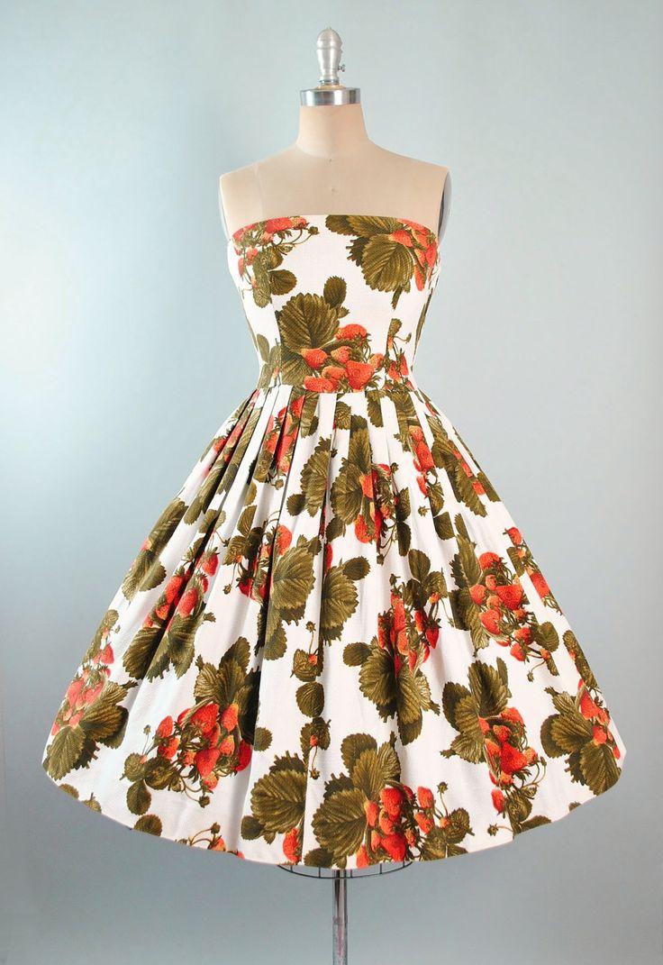 ♦ Vintage jaren 1950 nieuwigheid afdrukken Sundress door Dieter Gerhard. ♦ Gebouwd in een witte katoenen stof met realistische Oversize aardbei