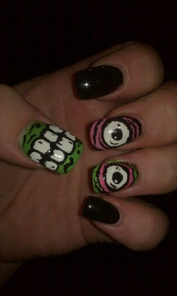 Creepy nails @Alecia, you know I'm gonna have to try this!