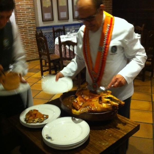 José María Ruiz trinchando un cochinillo en Restaurante José María en Segovia
