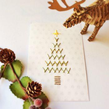 こちらは紙刺繍で作ったクリスマスカードですね。 紙刺繍は布刺繍とは刺し方も違いますがコツさえつかめば布より簡単でアレンジも幅広いのです♪ それにしてもとっても素敵なカード。世界に一枚、大切な方に贈りたいですね。