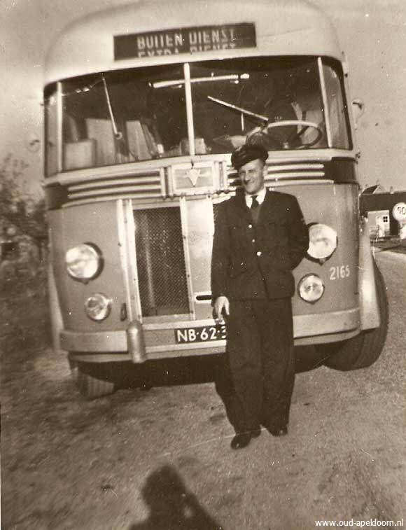 Een oude VAD bus, ik denk uit eind jaren 50, begin jaren 60. Mijn vader Gijs van de Braak staat voor deze bus. Ik kan mij nog herinneren dat mijn vader het altijd had over een Crosley bus, dat zou het merk zijn en een favoriete bus destijds onder de VAD chauffeurs.