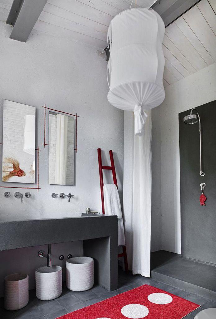 Черный бетонный умывальник. Современная сантехника хорошо вписалась в более традиционный интерьер ванной комнаты.  (средиземноморский,средиземноморский интерьер,средиземноморский дом,средиземноморский стиль,деревенский,сельский,кантри,архитектура,дизайн,экстерьер,интерьер,дизайн интерьера,мебель,ванна,санузел,душ,туалет,дизайн ванной,интерьер ванной,сантехника,кафель) .