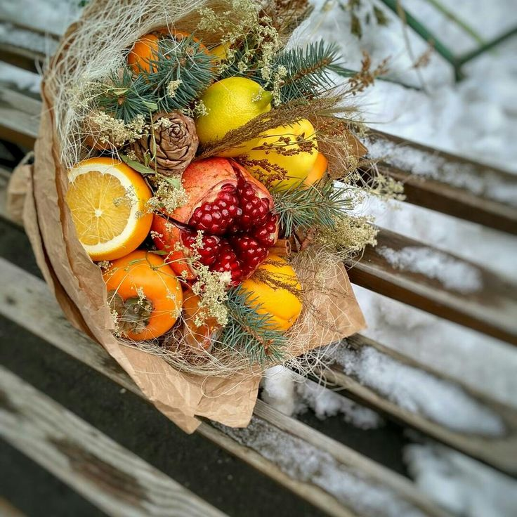 Прекрасного начала недели!И вот еще один зимний красавчик вам в лентуЯ его очень полюбила,надеюсь и вам понравится! ?(петушок все заметили?)?#1700 #букетизфруктовтюмень #фруктовыйбукеттюмень #тюменьцветы #монамур #сьедобныйбукеттюмень #вкуснаятюмень #яркийбукеттюмень #подарокнановыйгодтюмень #необычныйподарок #новыйгодтюмень #нг