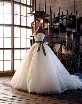 i never like poofy wedding gowns. but if you've seen bride wars, when she wears this dress, it's STUNNING