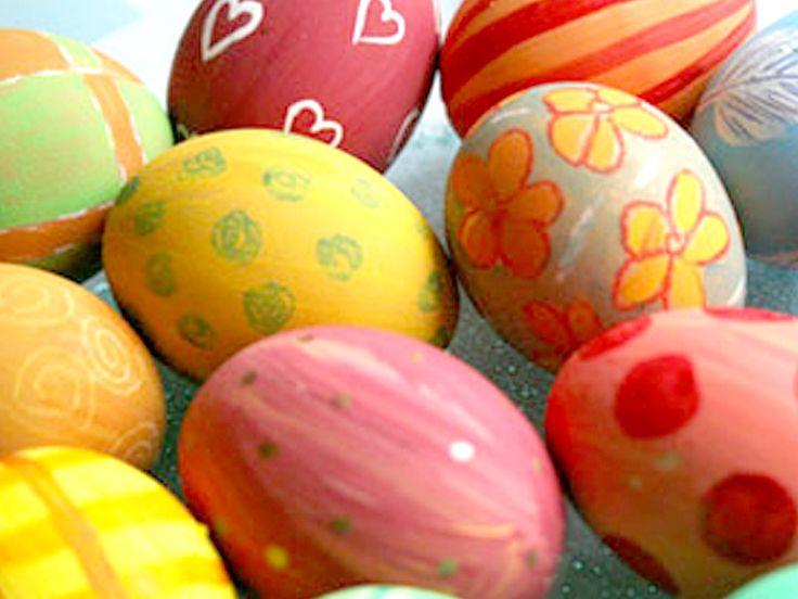 Uova di Pasqua colorate e decorate,  istruzioni con coloranti naturali!