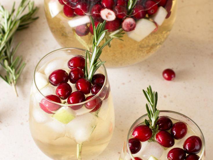 Wie zegt dat je alleen tijdens de zomermaanden sangria mag drinken? Deze heerlijke winterse sangria met rozemarijn, veenbessen en appel tilt...