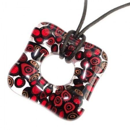 Rood zwarte glashanger. Vierkante heldere glazen hanger met rood-zwarte millefiori cirkels.