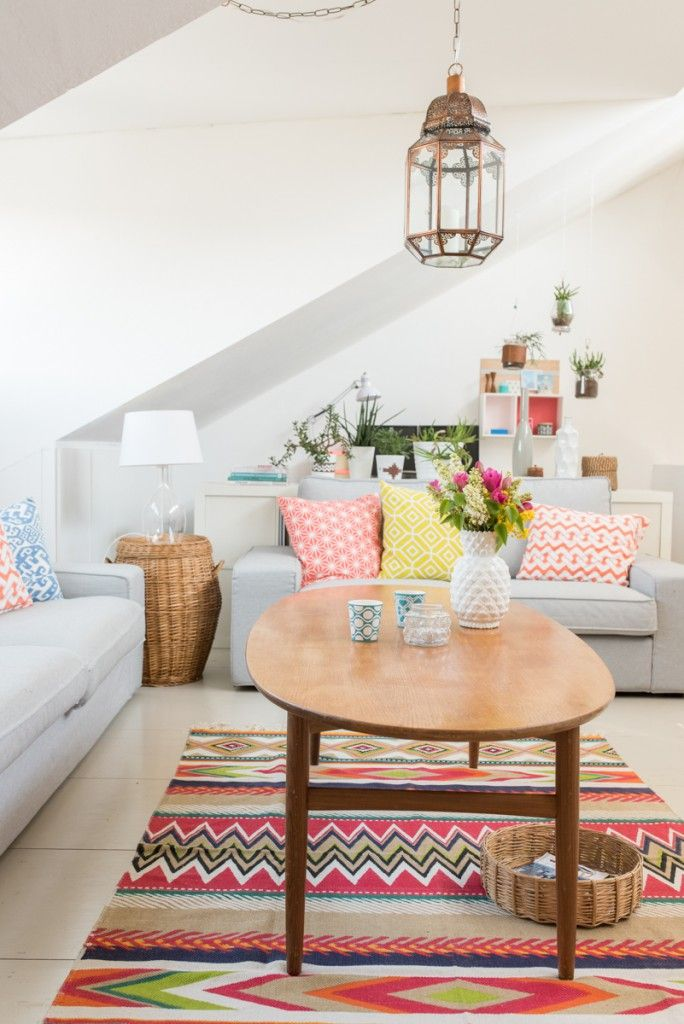 Hellblaues Sofa mit bunten Kissen