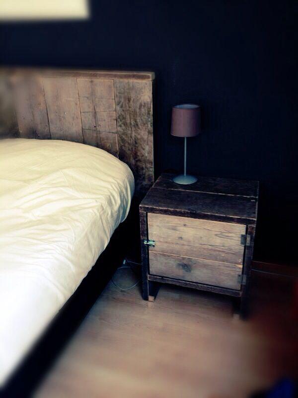 2 persoonsbed met nachtkastjes steigerhout