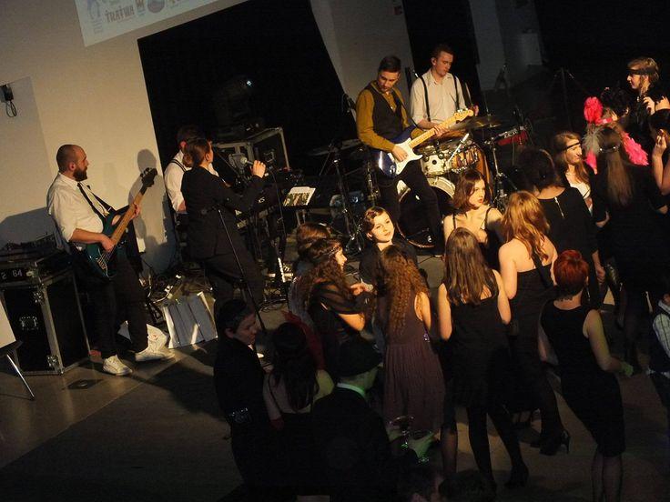 """Dolnośląski Festiwal Wolontariatu 2014 pod """"patronatem"""" muzycznym LULY.  """"Dolnośląską Galą Wolontariatu zakończył trwający od września Dolnośląski Festiwal Wolontariatu 2014. Podczas uroczystego wieczoru zorganizowanego w stylistyce lat 20 i 30 XX w. poznaliśmy laureatów wszystkich konkursów odbywających się w ramach Festiwalu. """"  fot. Jarosław Pluta   #festiwal #dolnyśląsk #śląsk #wolontariat #laureaci #konkursy #muzyka"""