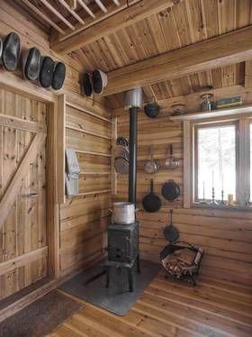 VARMER OPP: Det var viktig at hytta ikke skulle gi noen bekymringer med hensyn til vann som fryser og høye strømpriser. En effektiv vedovn v...