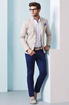 Acheter la tenue sur Lookastic: https://lookastic.fr/mode-homme/tenues/blazer-chemise-a-manches-longues-pantalon-chino/20918 — Chemise à manches longues á pois blanche et bleue marine — Pochette de costume bleu clair — Blazer beige — Ceinture en cuir beige — Pantalon chino bleu marine — Mocassins en daim beiges