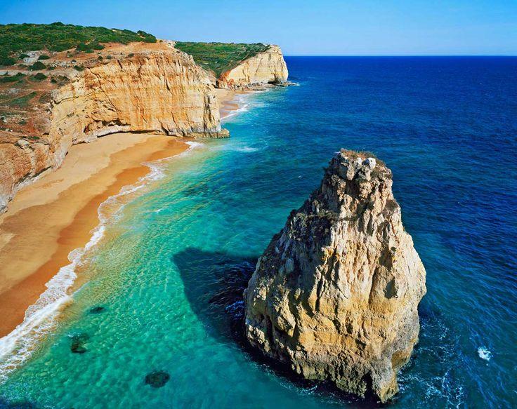 Praia dos Caneiros, bonita, tranquila y de intensos colores made in Algarve, con todo el pantone del azul y el verde en sus aguas, es un horizonte imprescindible