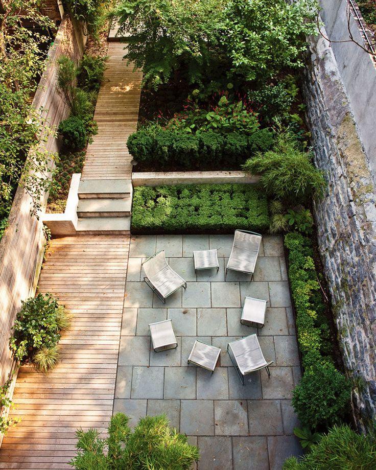 16 Designs Inspirado paisagem do quintal, visto de cima // Uma longa quintal simples, com um local para se sentar juntos e um jardim ainda mais para trás, está ligado por uma passarela de madeira da prancha.